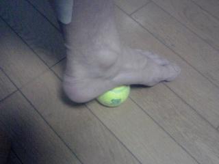 テニスボールと足裏